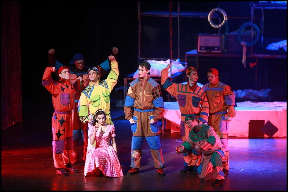 Sněhurka v Divadle Hybernia nemá trpaslíky, ale závodníky a k tomu velkou dávku humoru