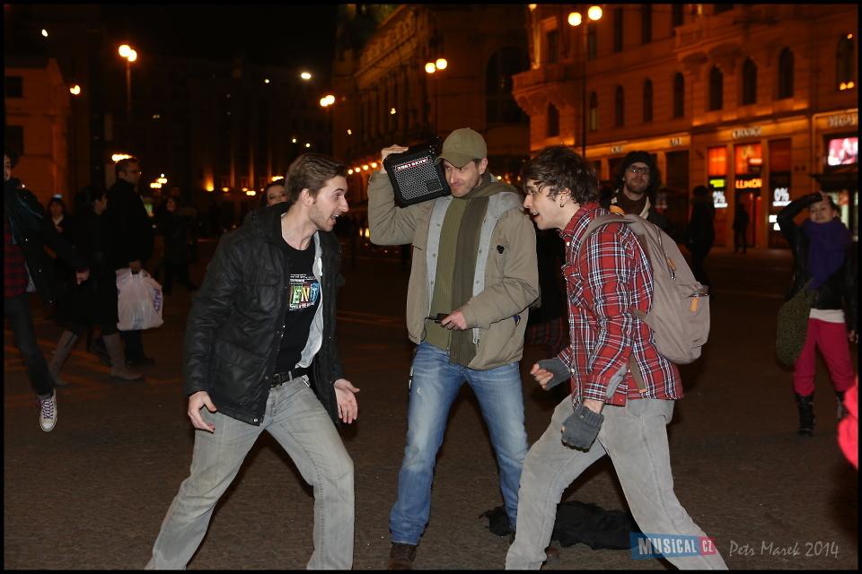 Herci muzikálu RENT vyšli do pražských ulic (+ soutěž o vstupenky)
