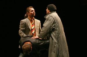 Přes postavy Komisaře (Juraj Bernáth) a Krečmara (Henrich Šiška) autoři kritizují českou policii.