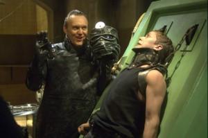 Anthony Head jako Repo Man před exekucí orgánů