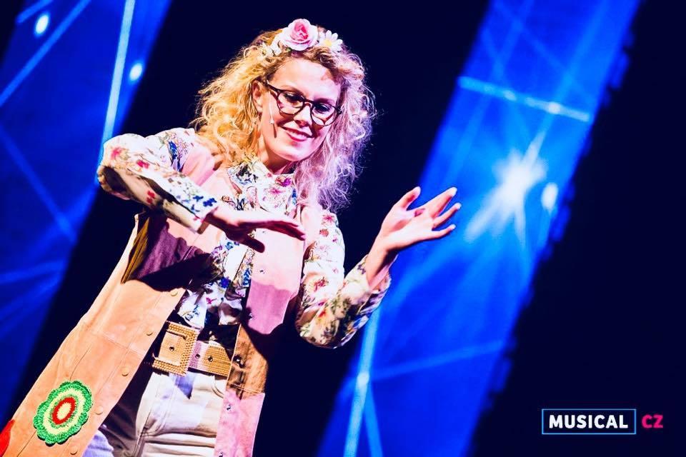 Profesorka v muzikálu Vlasy (Foto: Kristýna Junková) Kateřina Steinerová