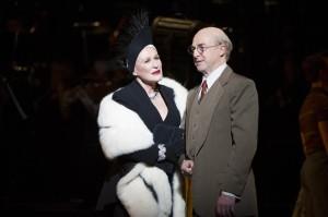 Glenn Close jako Norma Desmond a Julian Forsyth jako režisér Cecil B. Demille