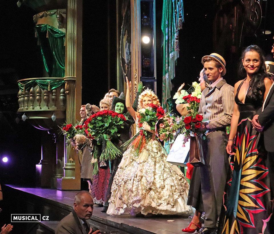 Premiérová děkovačka Muzikál Čarodějka (Wicked) Goja Music Hall premiéra Elis Ochmanová Nikola Ďuricová