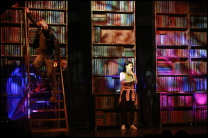 Heňo a Markéta Procházková hledají informace v knihovně