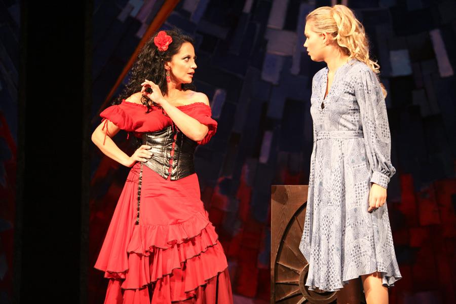 Carmen (Lucie Bílá) a Katarína (Markéta Poulíčková)