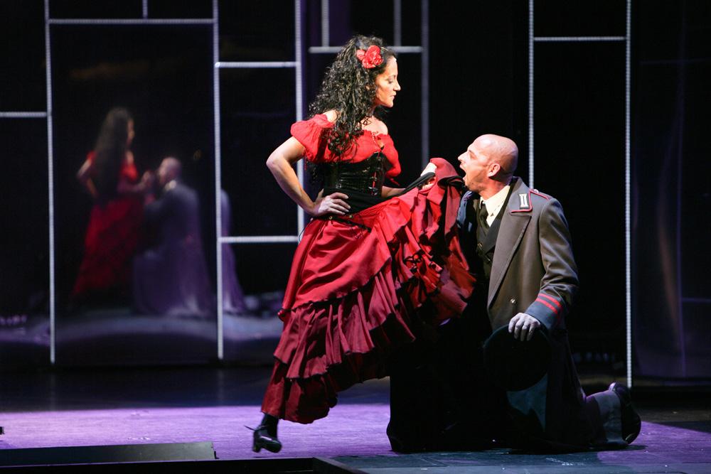Carmen (Lucie Bílá) a Zuniga (Tomáš Trapl)