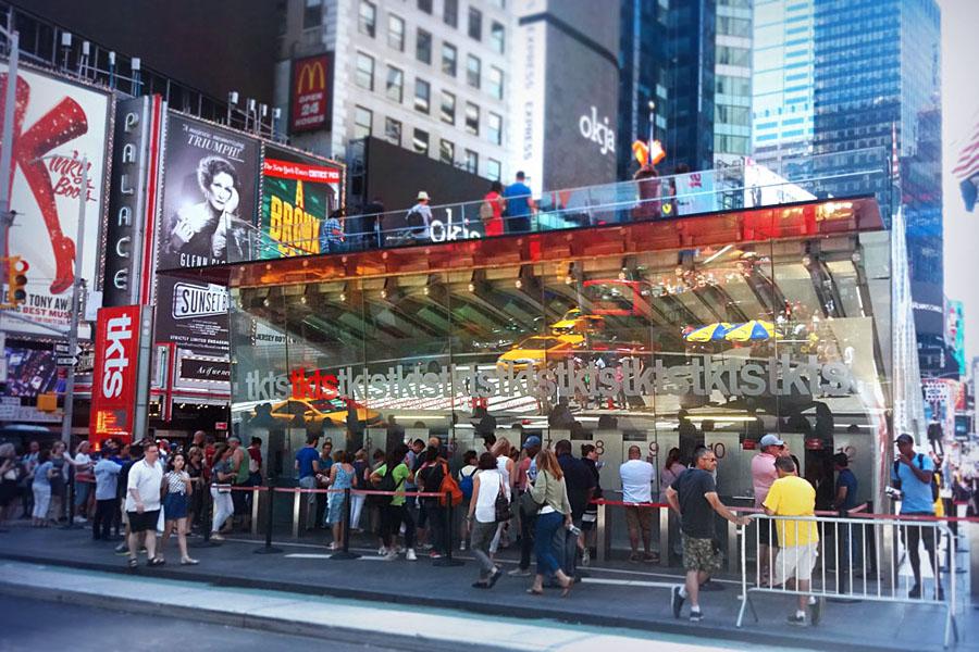 """Nejoblíbenější prodejna vstupenek v New Yorku - """"tkts"""" na Times Square - najdete je podle velké fronty"""