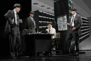 Agent Hanratty (Norbert Leo Butz - uprostřed) a jeho vyšetřovací tým mají před sebou zapeklitý případ.