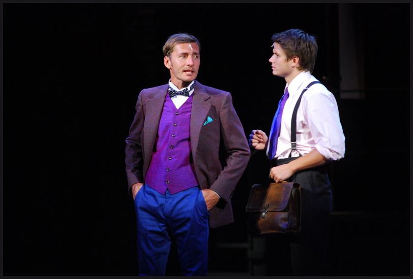 """""""Vražda za oponou"""" – bláznivá detektivní komedie či pocta divadelnímu kumštu?"""