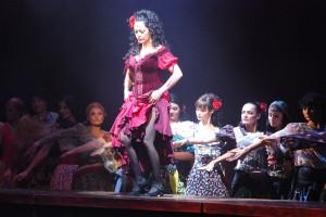 Luci Bílá jako Carmen v tanečním čísle v úvodu představení
