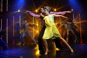 Fotografie z finálních zkoušek Horečky sobotní noci v Divadle Kalich (v popředí Jan Kříž a Michaela Doubravová)