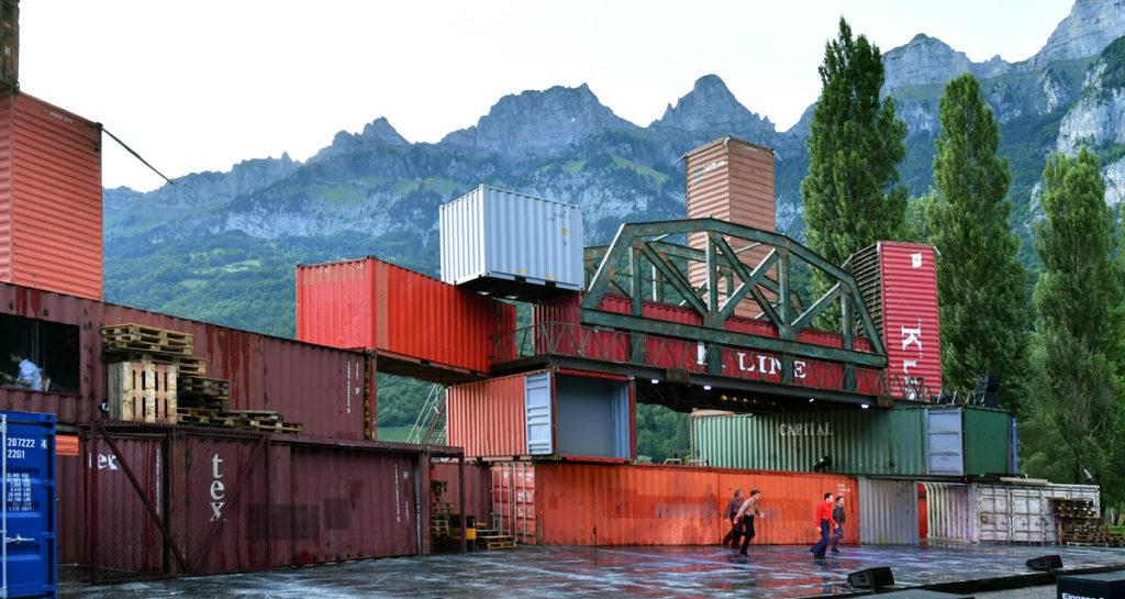 Scéna Christopha Weyerse z lodních kontejnerů