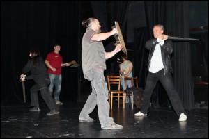 Richard Tesařík nacvičuje zacházení s mečem
