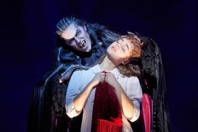 Jan Kříž září v hlavní roli Tanz der Vampire v Berlíně (oficiální fotografie)