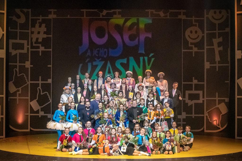 Josef a jeho úžasný pestrobarevný plášť v Plzni - společné foto po premiéře