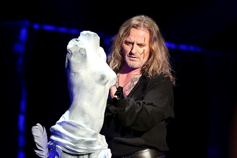 Josef Vojtek ve slavné scéně se sochou
