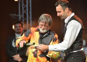 Karel Cón křtí CD za asistence Jiřího Macha