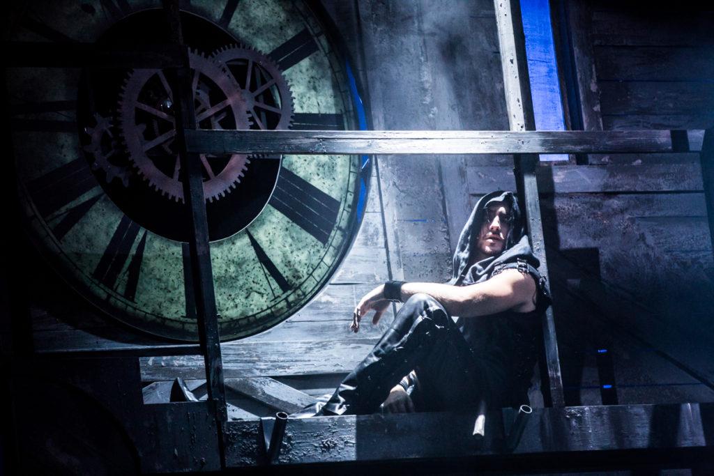 Přemysl Pálek jako Krysař u detailu hodin