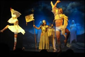 Radka Špáňová a tanečníci v úvodu muzikálu