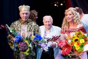 Petr Kostka, dirigent Arnošt Moulík a Kateřina Brožová v zákulisí