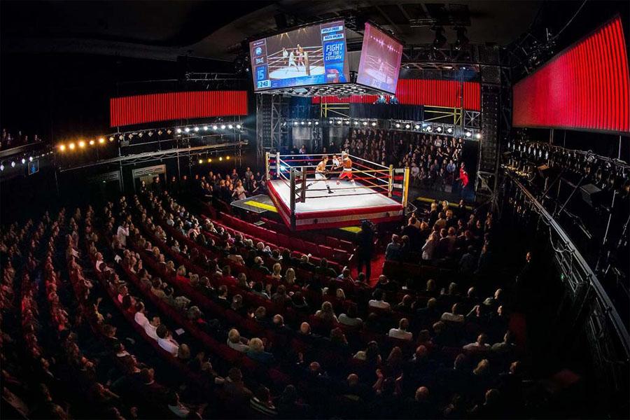 Závěrečná scéna s předsunutým ringem do hlediště v Hamburgu (foto ©Stage Entertainment)