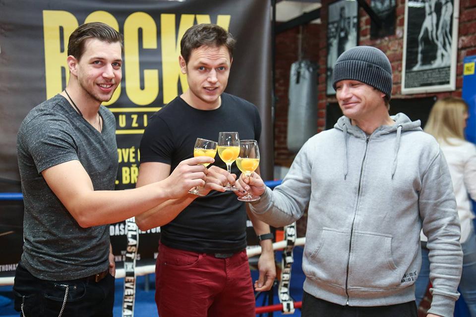 Soutěž pro Rockyho: pití čerstvých vajec (Peter O. Pecha, Jan Kříž, Kryštof Michal)
