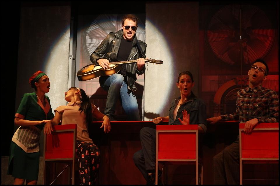 SRDCOVÝ KRÁL s hity Elvise Presleyho vlétl do Divadla Kalich (+ video)