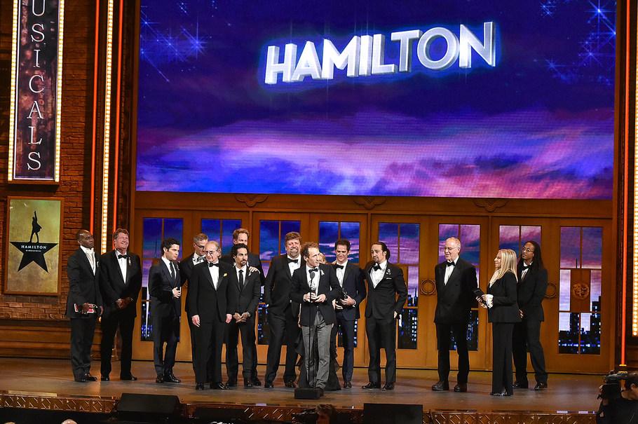 Producent Jeffrey Seller a další členové týmu Hamiltona přebírají cenu za nejlepší muzikál