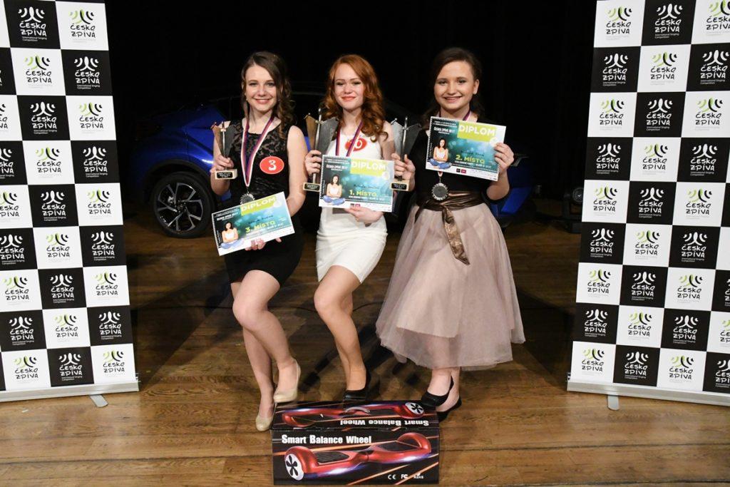 Vítězky kategorie 15-26 let, Kateřina Vrzalová, Michaela Janáčová, Valentina Vlková (zleva)