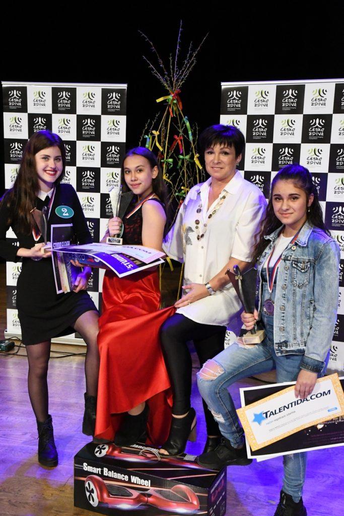 Vítězky kategorie 9-14 let s ředitelkou soutěže Ivetou Nývltovou