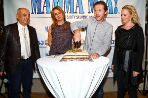 Jiří Langmajer rozkrajuje dort k 30.000 prodaných vstupenek