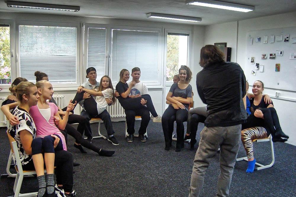 Studenti gymnázia podporují duševní zdraví autorským muzikálem ŽIDLE V KRUHU