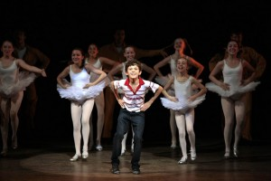 Tom Holland (Billy Elliot) a dívčí taneční company - foto David Scheinmann