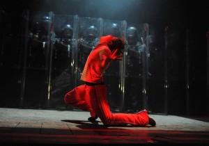 """Brad Wilson (Billy Elliot) při závěru první půle """"Angry Dance"""" - foto Alistair Muir"""