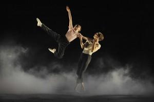 Brad Wilson (Billy) a Barnaby Meredith (starší Billy) při slavné taneční scéně z Labutího jezera - foto Alistair Muir