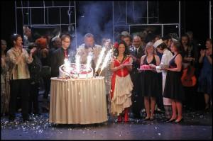 A pak už přijel dort na oslavu 100. reprízy...