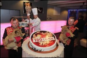 Na dortu si chtěl smlsnout kde kdo. Zálusk si dělala i tato lvíčata v doprovodu rodiny Berouskových.