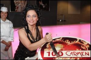 Lucie Bílá rozkrajuje dort ke 100. repríze (mimochodem, výborný!)