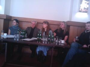 Asistentka režie Eva Hrbáčková, režisér Paver Fieber s překladatelkou, dramaturgyně Pavlína Hoggard, Dušan Vitázek
