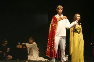 Artuš a Ginevra, v pozadí Merlin a Morgana