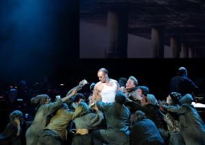 Ježíš (Drew Sarich) ve scéně s ubožáky - v moderní době bezdomovci...