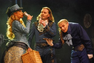 Lorraine (Leona Machálková), Dracula (Josef Vojtek) a Sluha (Tomáš Trapl)