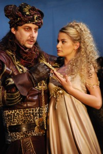 Dracula (Marián Vojtko) v nejnákladnějším kostýmu s Adrianou (Šárka Vaňková)