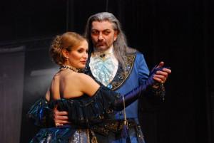 Lorraine (Monika Absolonová) s Draculou (Dan Hůlka)