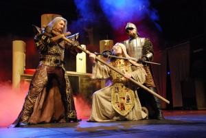 Úvodní scéna v kostele - Dracula (Daniel Hůlka) a Kněz (Jaromír Holub)