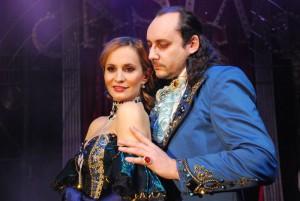 Lorraine (Monika Absolonová) a Dracula (Marián Vojtko)