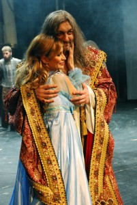 Dracula (Daniel Hůlka) a Lorraine (Monika Absolonová)