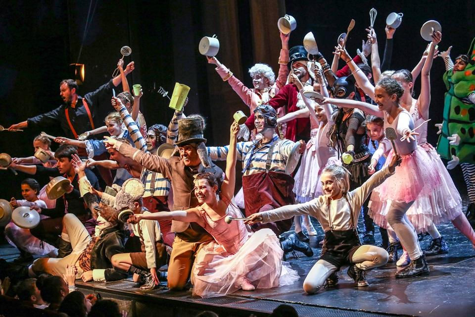 ALENKA V KRAJI ZÁZRAKŮ hrála pro děti z dětských domovů a za samé jedničky můžete získat volnou vstupenku na představení