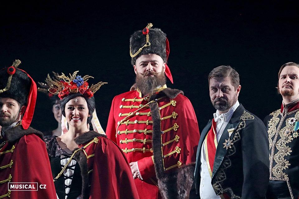Ondřej Baumrukr (uprostřed) Muzikál Elisabeth Divadlo J. K. Tyla v Plzni DJKT