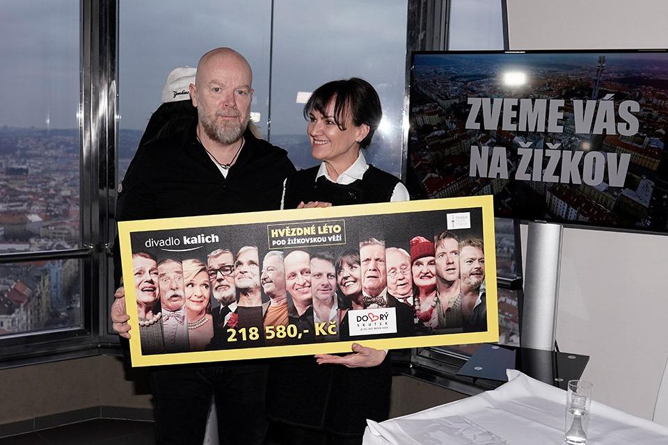 Michal Kocoure a Barbora Hrubá (předsedkyně spolku Dobrý skutek) Hvězdné léto pod žižkovskou věží Divadlo Kalich